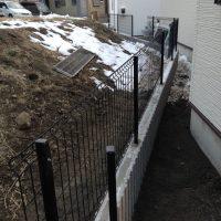 隣地境界のブロックとフェンスの施工例です。  隣地境界にブロックとメッシュフェンスを設置しました。