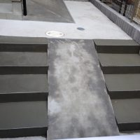 階段にスロープを後付した施工例です。  自転車を出し入れしやすくするために既存の階段にスロープを設置しました。