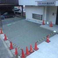 駐車場のコンクリート舗装の施工例です。  基礎工事及びコンクリート舗装の駐車場(8台)とブロック及びフェンス、その他外構工事一式になります。