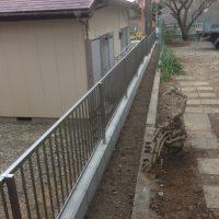 隣地境界フェンスの施工例です。  隣地境界が石積みで境界から傾斜があっため無駄になっていた土地を広げ、隣地境界はブロックとフェンスに変更しまいた。 隣地境界フェンス